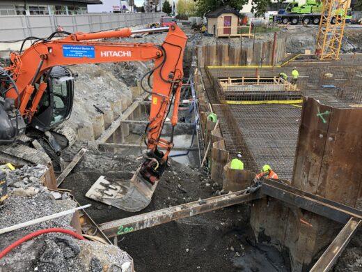 Bildet viser en gravemaskin som jobber med utgraving av næringstomten
