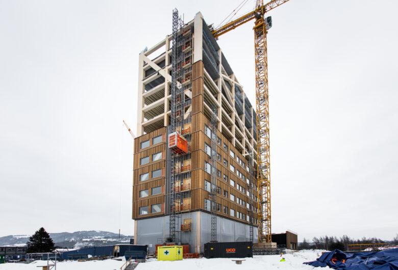 Bilde av Mjøstårnet som blir bygget