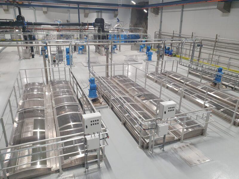 Bildet viser maskinene på innsiden av renseanlegget