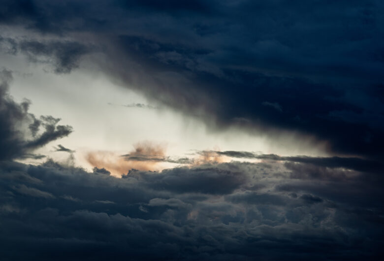 Mørke skyer, skybrudd, solen kommer gjennom