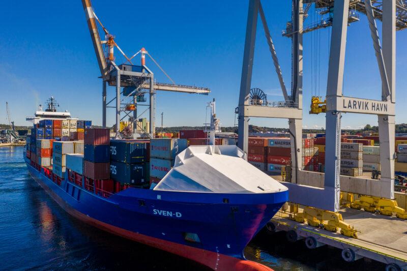 Bilde av lasteskip som ligger til kai i Larvik havn