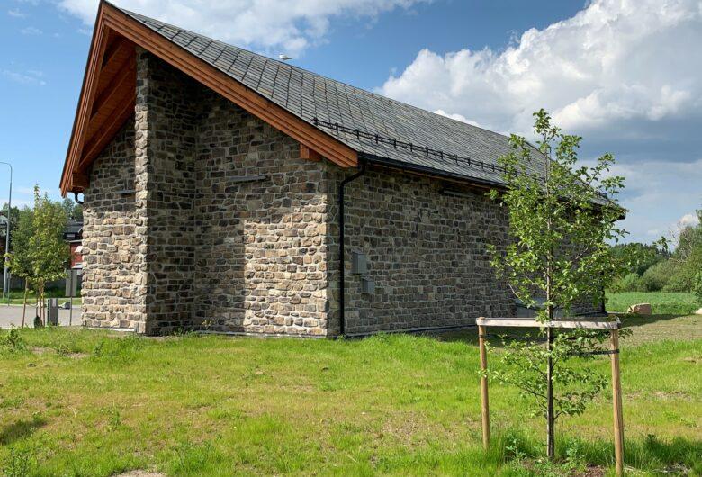 Renseanlegg med skrått tak og steinfasade