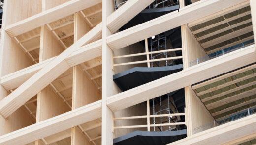 Nærbilde av trekonstruksjonen i Mjøstårnet
