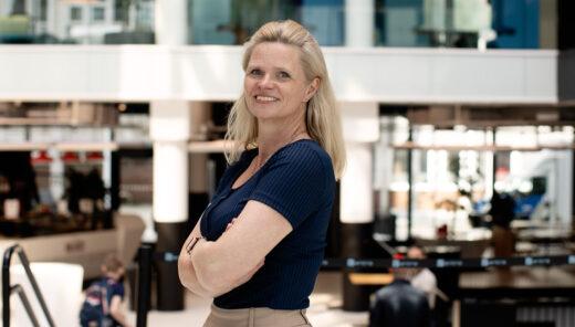 Eva Lothe avbildet inne på mediacity. Ser i kamera og har armene i kryss