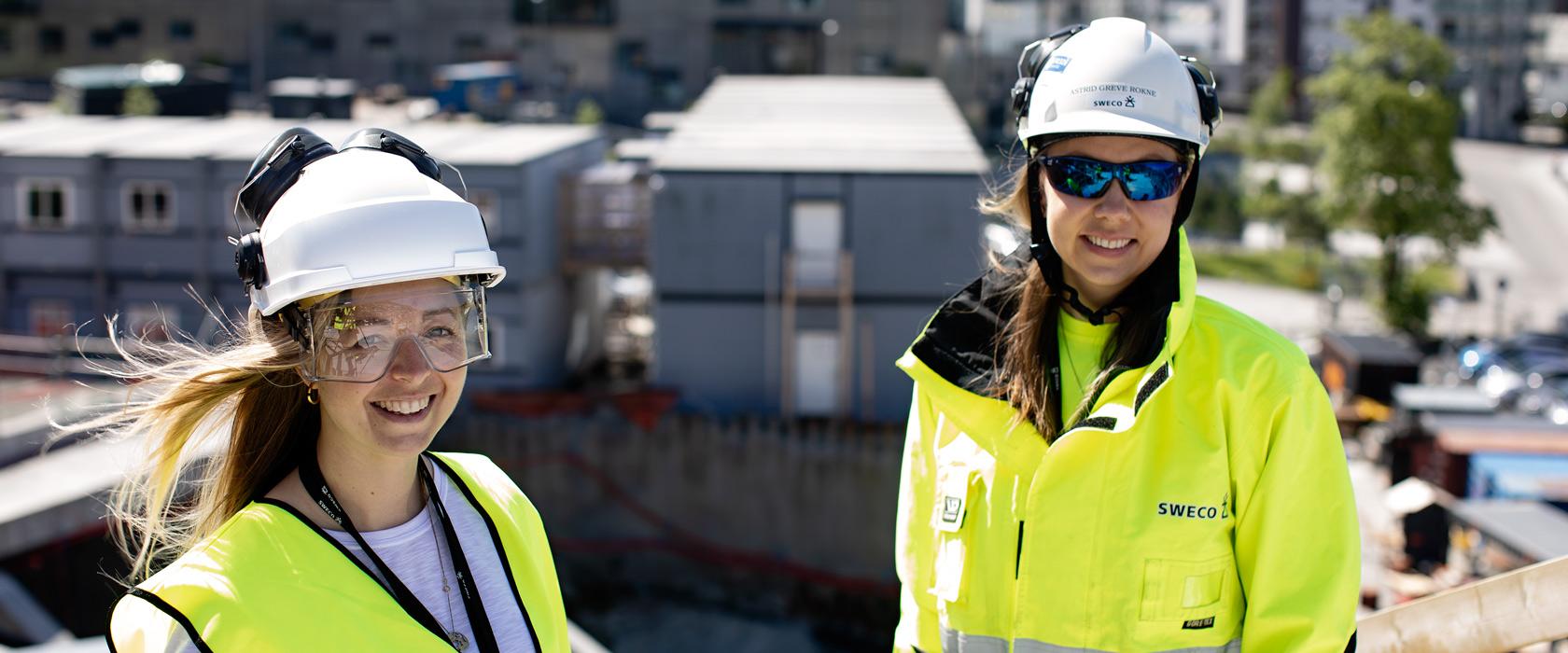 To kvinnelige Rådgivende ingeniører på byggeplass i solen i bergen