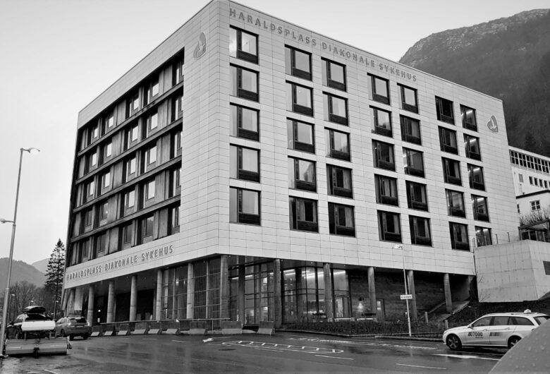 Svart-hvitt bilde av Haraldsplass sykehus. Et stort, firkantet bygg med seks etasjer og veg rundt.