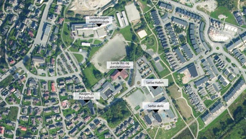 Satelitt bilde over Lundehaugen, Viser mange gater og hustak blant flere grøntarealer