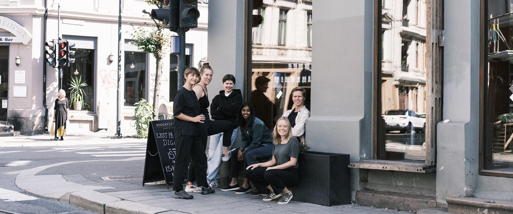Seks mennesker utenfor en cafe i Oslo