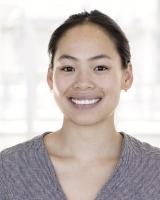 Et nærbilde av en kvinne som smiler til kamera